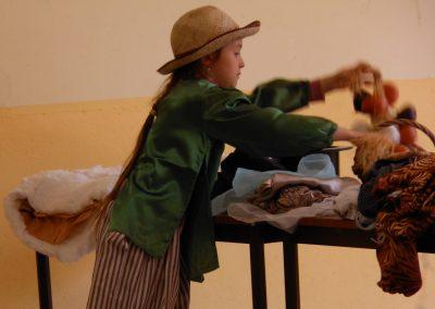 Recherche de costumes et accessoires pour le spectacle de théâtre.