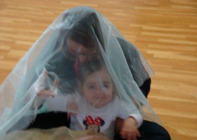 Dans les bras de l'assistante maternelle.